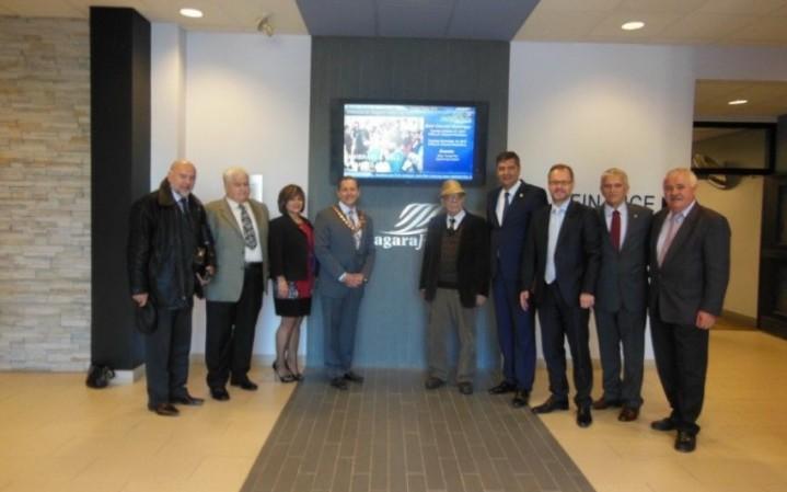 Delegacija Kraljeva u Nijagara Folsu u društvu Milomira Glavčića ,ambasadora Srbije u Kanadi i gradonačelnika Džemsa Diodia