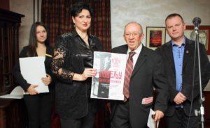 Zamenica gradonačelnika Marica Mijailović dodeljuje zahvalnicu Borku Gvozdenoviću.Foto: N. Milenković